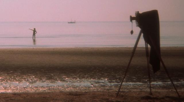 Frame de La morte a Venezia, di Luchino Visconti, Lido, Set al Bagno degli Alberoni, 1974. Distribuito da Warner Bros