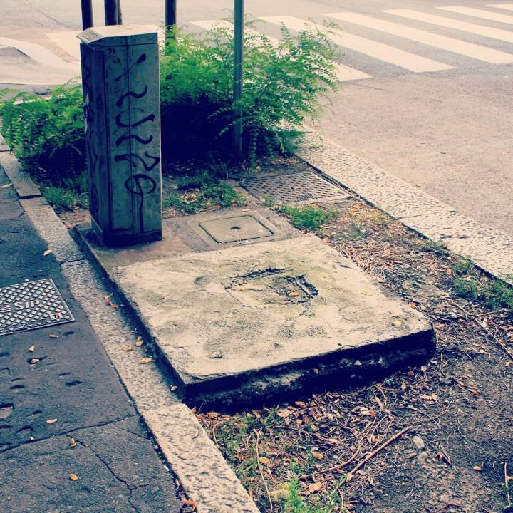 Le città sono piene di tracce lasciate dalle cabine telefoniche, prearcheologia urbana.
