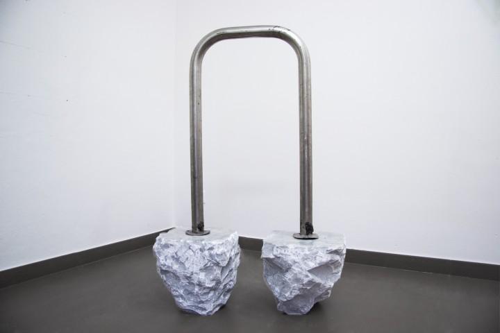 Marco Ceroni Moonwalk 2016, marmo bianco di Carrara, acciaio, 103 x 62 x 19 cm