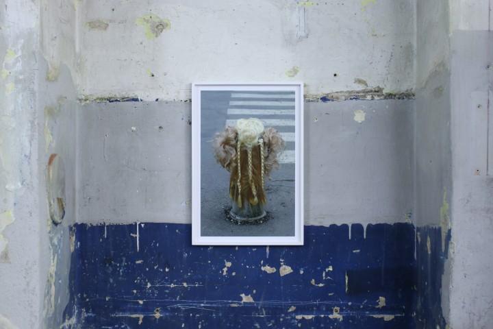 Devis Venturelli, Senza Titolo (serie Paracarri) foto c-print, 2009.