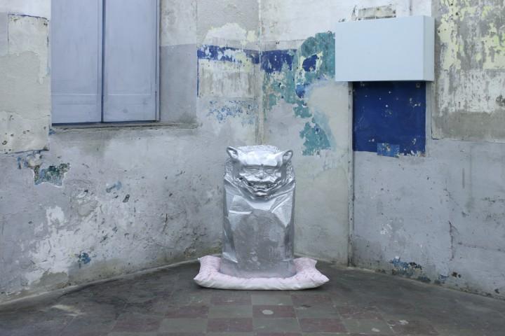 Nicole Colombo e Luca Loreti , Kane di Fu, polistirene, polistirolo, resina, vernice cromata, cuscino, 2015.