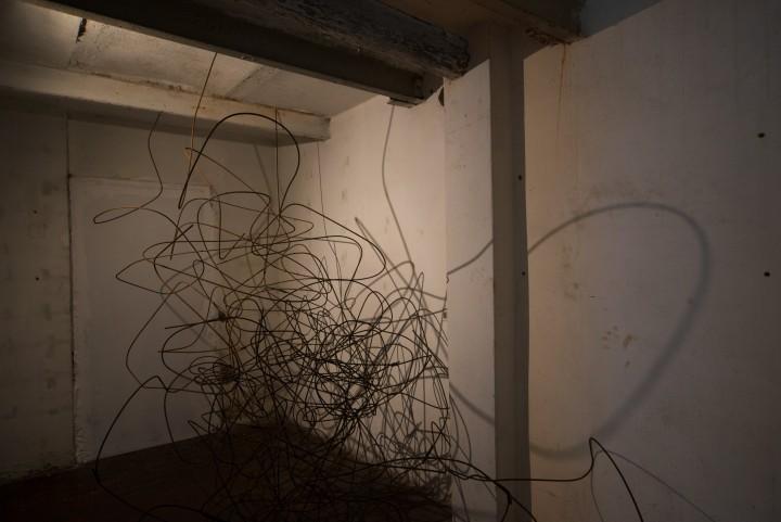 La forma della discontinuità (dettaglio), 2018, tondino di ferro, dimensioni dell'ambiente. Foto di Alessandro Nassiri